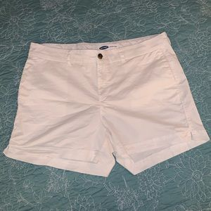 Woman's everyday short, in white.
